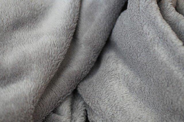šedívá deka z mikrovláken