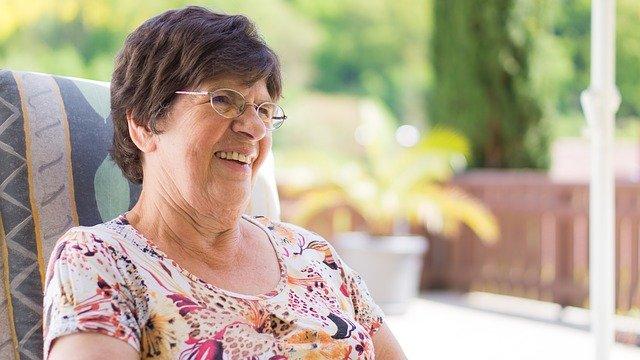 brýlatá babička