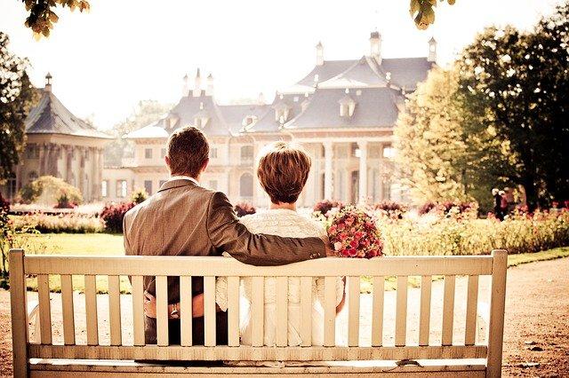 novomanželé na lavici