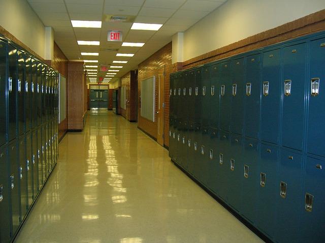 školní chodba, modré šatní skříně