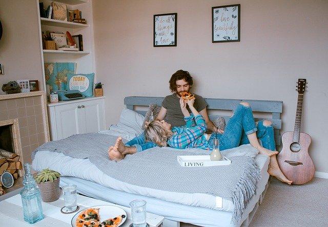 kytara u postele