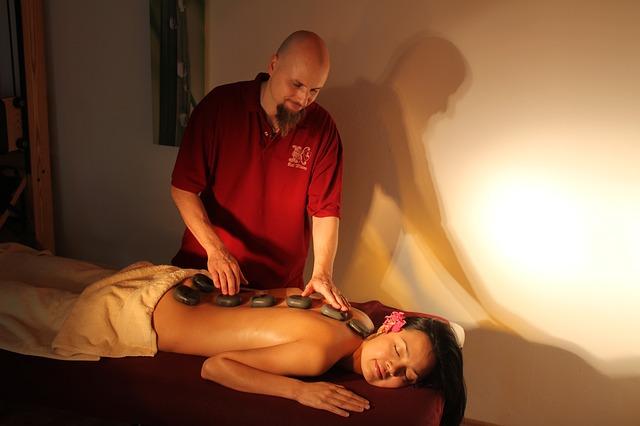 masáž a horký kámen