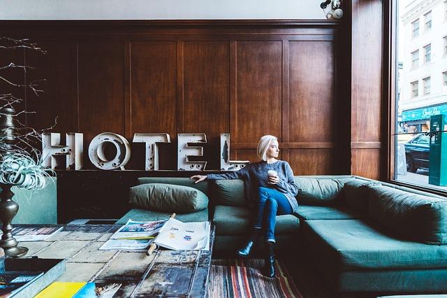 gauč v hotelu