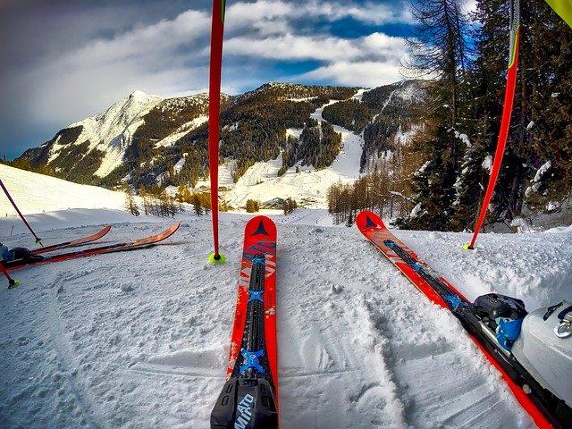 červené lyže.jpg
