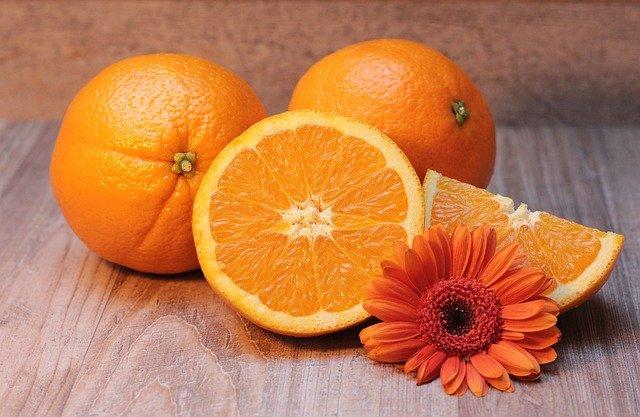 pomeranče a květina