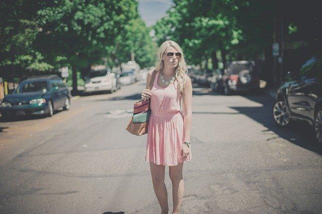 blondýna v růžových šatech