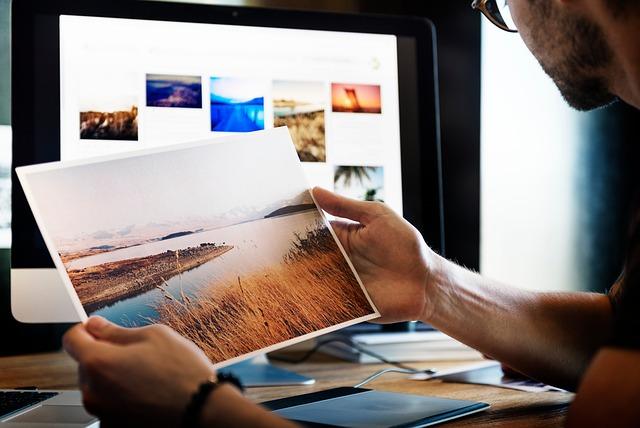 člověk, který drží vytištěný obrázek v ruce.jpg