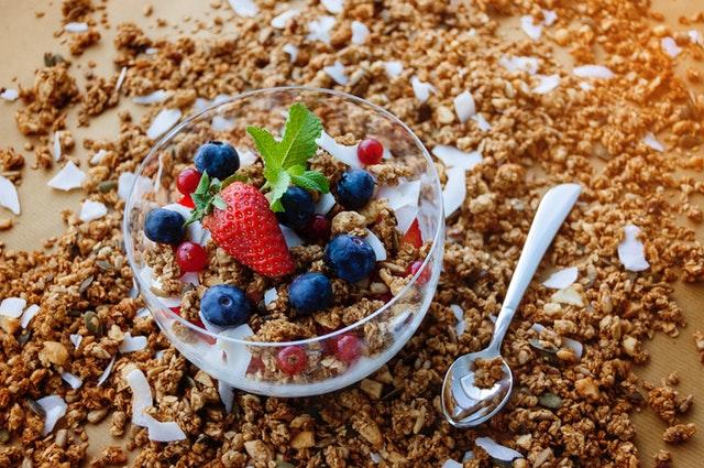 jogurt s ovocem, musli.jpg