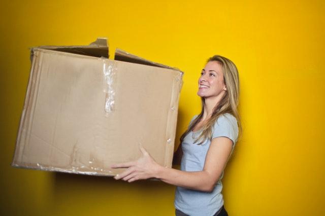 žena s kartonovou krabicí